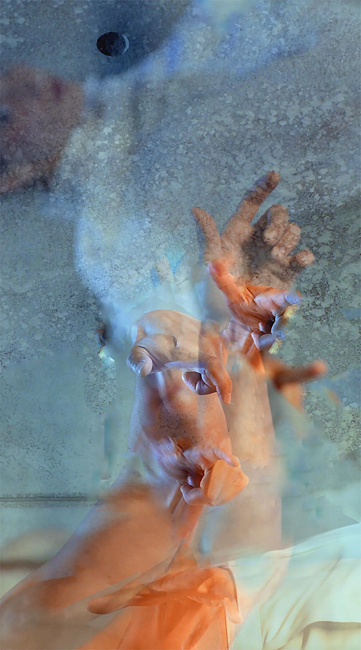 """Corinna Rosteck gestaltet in ihrer Ausstellung mit fotografischen und malerischen Bildern aus den Werksserien 'Riven in Time' und 'Orfeo"""" grossräumig die Nikodemus Kulturkirche. Die metallisch- glänzende Oberflächentechnik ihrer Bilder reflektiert jegliches Licht im Raum und erzeugt eine einzigartige Tiefenwirkung der Motive, die aus sich heraus leuchten."""