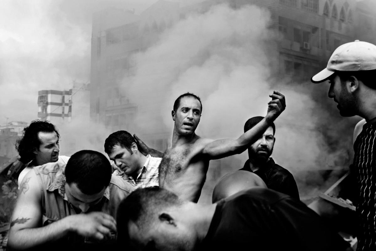 LIBANON. Beirut. August 2006. (Wenige Augenblicke, nachdem ein israelischer Luftangriff mehrere Gebäude in Dahia zerstörte) © Paolo Pellegrin/Magnum Photos