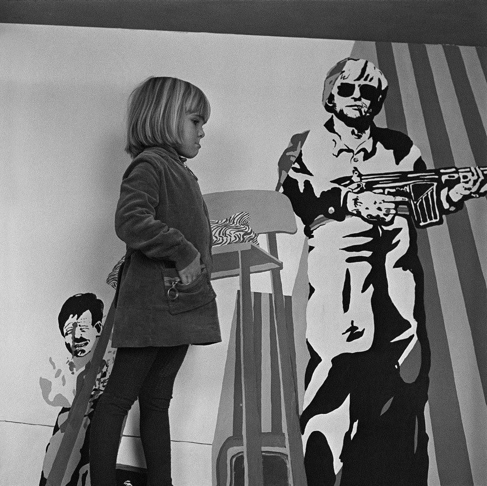 Heide Stolz, Ohne Titel (Lea vor Uwe Lausens Gemälde »Grandiose Aussichten«), ca. 1967, © Nachlass Heide Stolz, DASMAXIMUM, Traunreut, VG Bild-Kunst, Bonn 2020